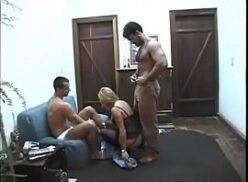 Homens pelados comendo a buceta de uma loirinha safada