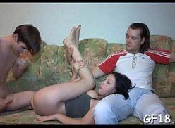 Corno olhando a esposa dando a bundinha pro amigo sarado